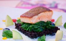 Filetto di salmone con riso venere e spinaci: la ricetta light