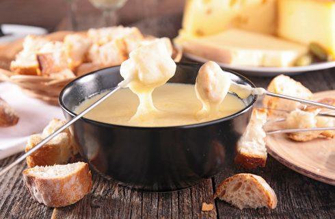 La fonduta di formaggio e carne per una cena con amici