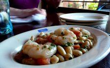 L'insalata di fagioli cannellini e gamberi con la ricetta sfiziosa