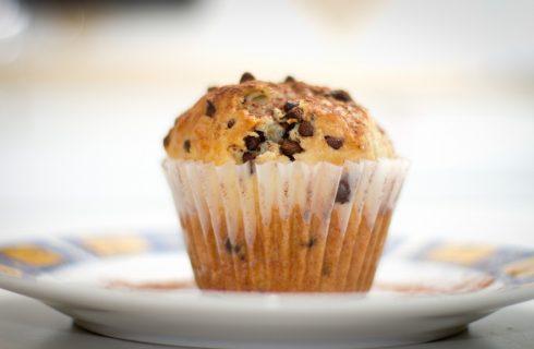 I muffin con le gocce di cioccolato nella ricetta senza latte