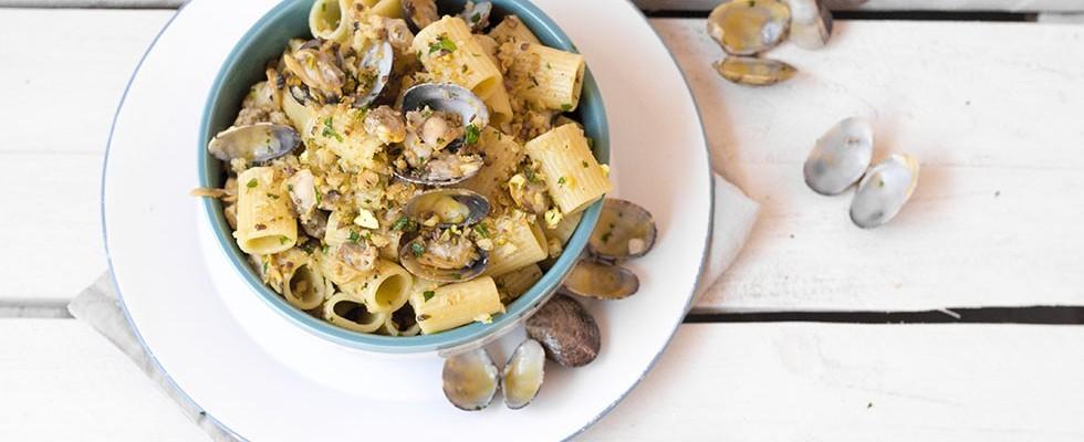 Pasta con le arselle, vongole pistacchi e zenzero