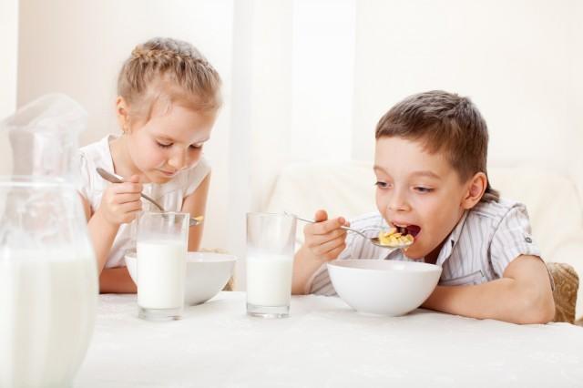 bambini che fanno colazione