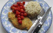 Le cotolette di pollo al forno con pomodoro con la ricetta semplice