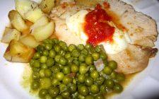 Come preparare il petto di pollo al forno con patate e piselli