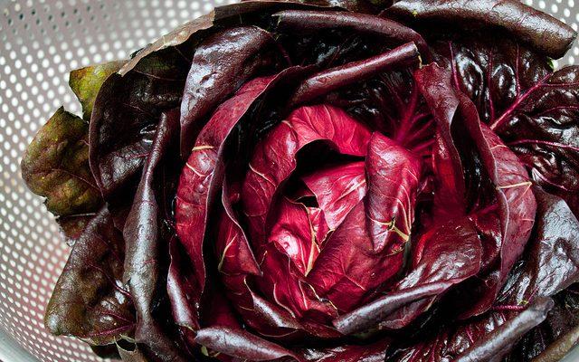 La torta salata al radicchio rosso e patate perfetta per l'aperitivo