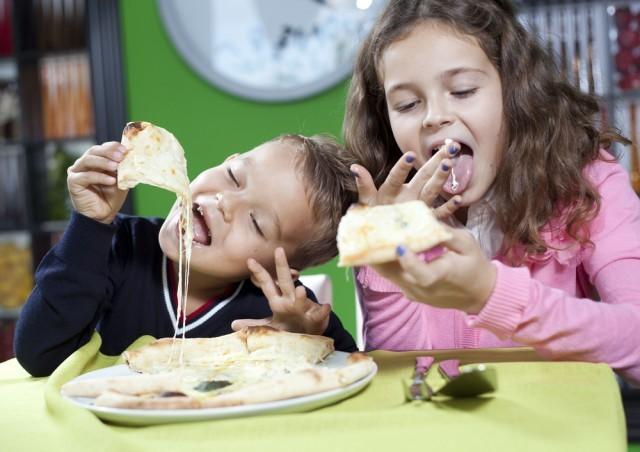bambini che mangiano la pizza