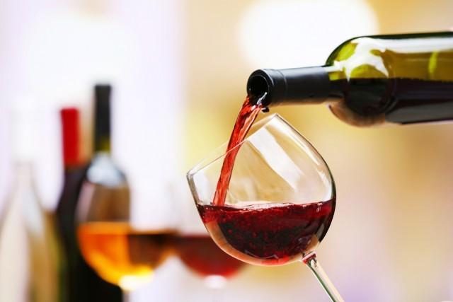 Vino rosso: alcuni studi hanno dimostrato che bere un bicchiere di vino rosso al giorno aiuterebbe ad allontanare i rischi di contrarre il diabete.