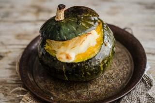 Zucca ripiena: patate, funghi e formaggio filante