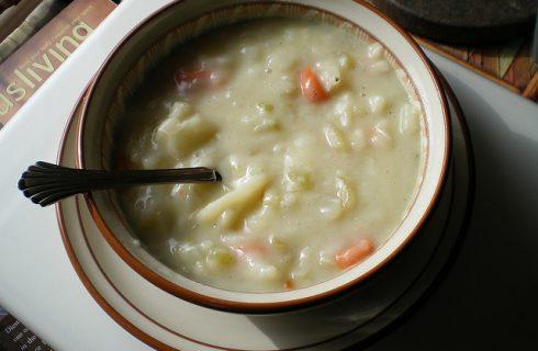 La zuppa alle cipolle rosse e patate per la cena autunnale