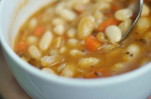 La minestra di fagioli e patate con la pentola a pressione