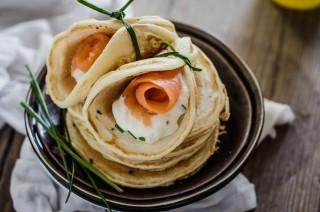 Pancake al salmone, stracchino e erba cipollina