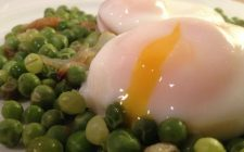 Le uova con piselli in umido per una cena appagante