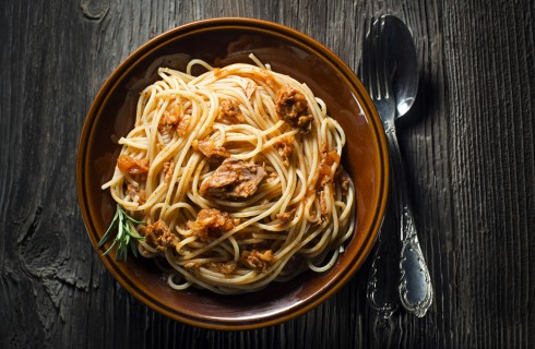 Il venerdì si mangiano gli spaghetti con il tonno alla bolognese