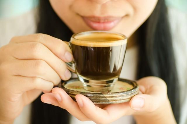 bere il caffè