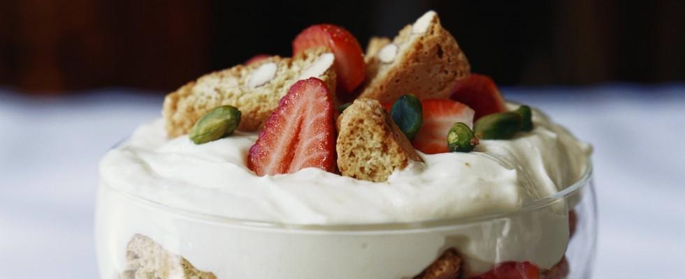 Mousse al mascarpone con biscotti e frutta
