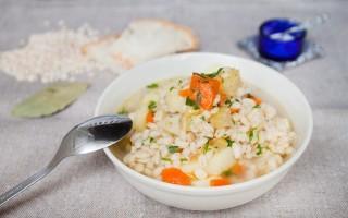 Zuppa vegetariana di orzo perlato