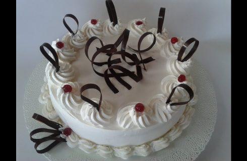 Decorare una torta con la panna montata