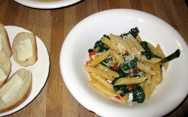 La pasta cicoria e pomodori secchi per un primo piatto sfizioso