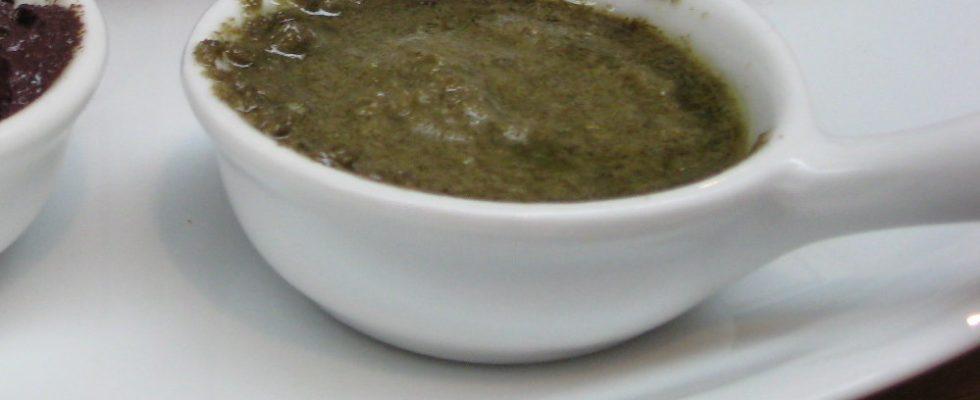 Il patè di olive verdi fresche per l'antipasto sfizioso