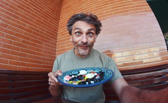 Uomo mangia dolci