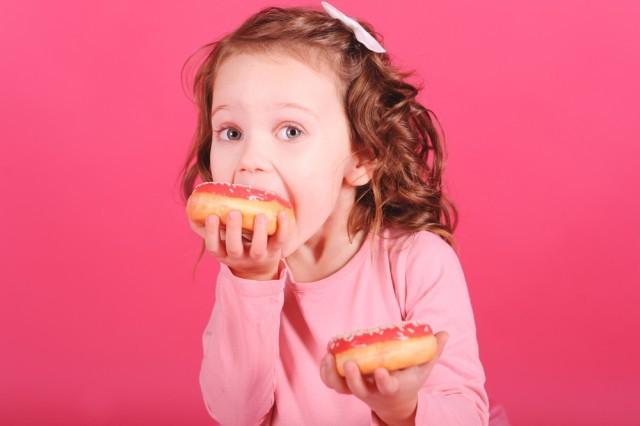 Bambino mangia dolci
