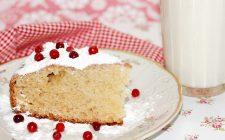 La torta con farina di riso e yogurt per una colazione sana