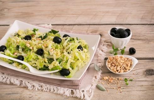 Verza stufata con olive e nocciole