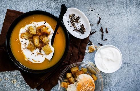 Zuppa di zucca, patate e panna acida
