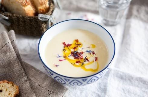 Zuppa di porri, patate e fiori