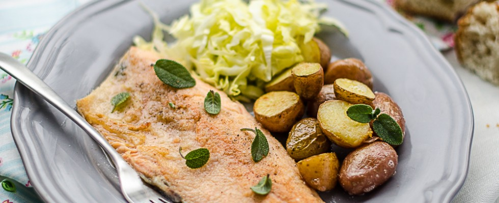 Filetto di trota salmonata con patate novelle