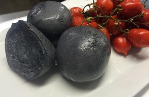 Mozzarella nera: è mai possibile?