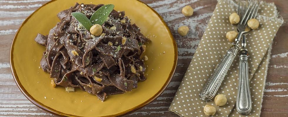 Tagliatelle al cacao con burro e nocciole