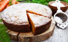 La torta all'arancia e carote senza burro per una colazione sana