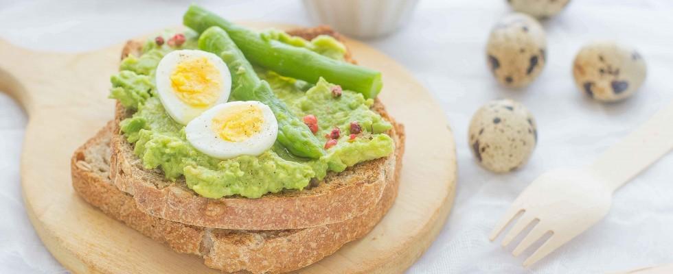 Crostini con uova di quaglia, asparagi e avocado