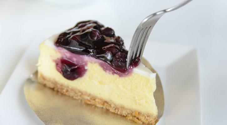 La cheesecake alla ricotta e marmellata di mirtilli facile da preparare