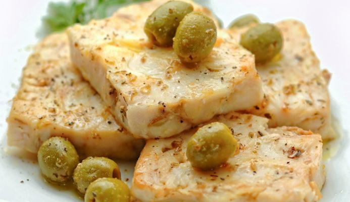 Il merluzzo in bianco con olive per un secondo sfizioso
