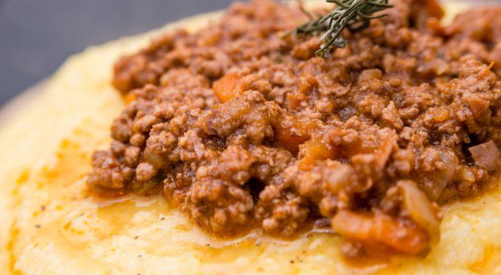La polenta con salsiccia al sugo per un appagante piatto unico
