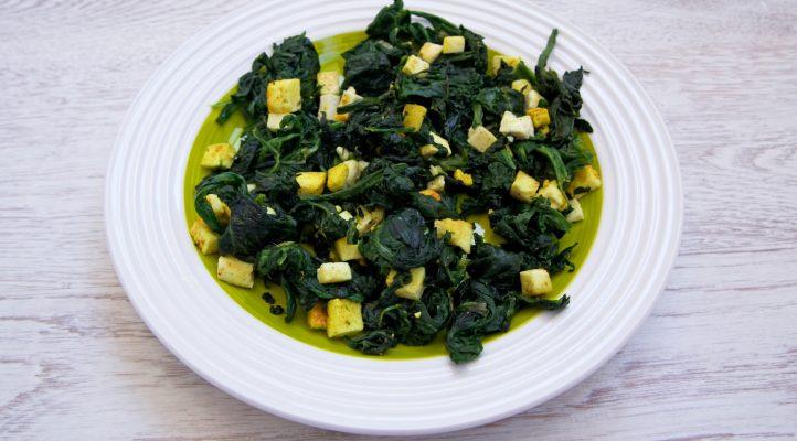 Tofu e spinaci saltati in padella per un secondo vegetariano