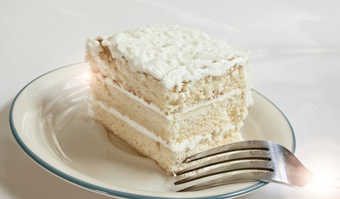 La torta paradiso con crema al latte condensato per il dessert di fine pasto