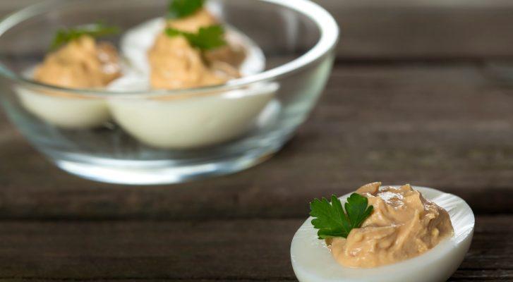 Le uova ripiene con salmone per un antipasto sfizioso