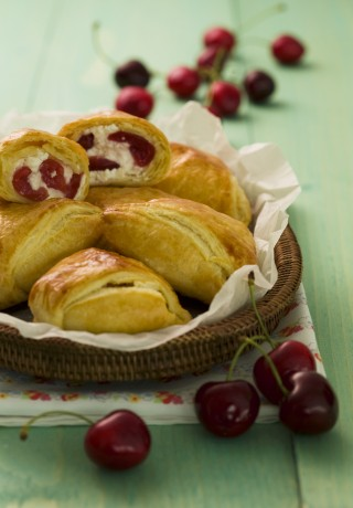 Fagottini ricotta e ciliegie, per la colazione