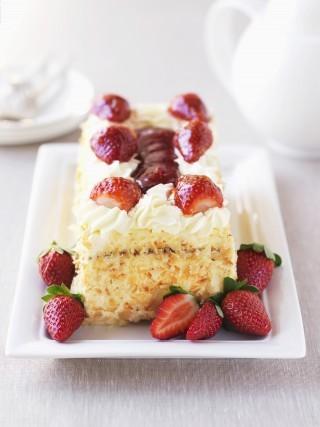 Torta crema pasticcera, fragole e panna