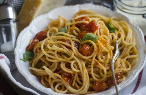 Spaghetti con pomodori datterino e basilico