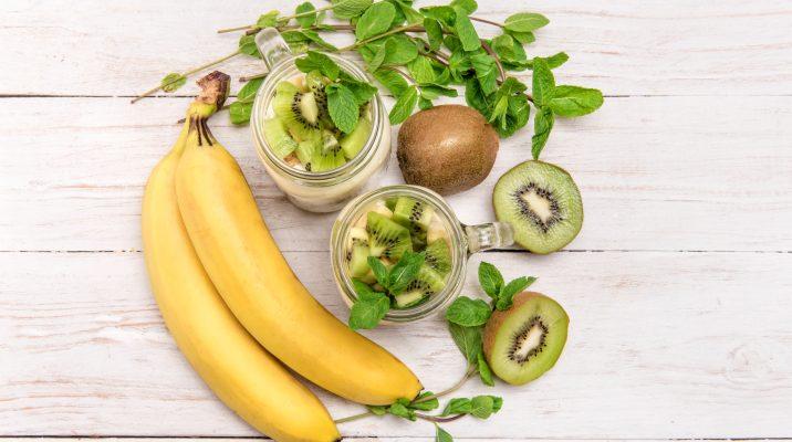 Il frullato di banana e kiwi senza latte per una merenda sana