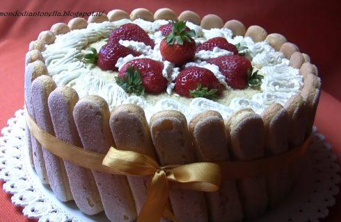 Torta con fragole , panna e savoiardi