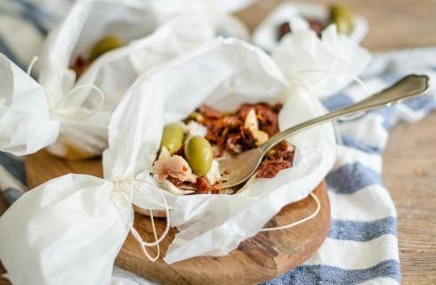 Pesce persico al cartoccio con pomodori e olive