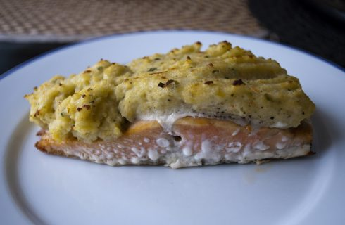 Il salmone in crosta di patate, la ricetta da fare al forno