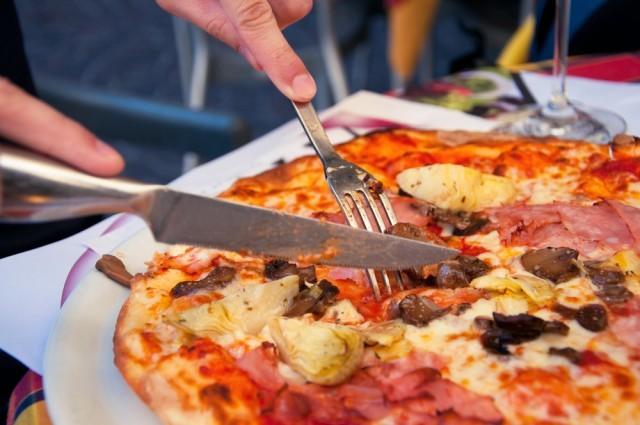 tagliare pizza con forchetta e coltello