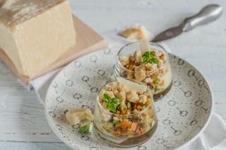 Bicchierini con pasticcera salata, ratatouille e crumble