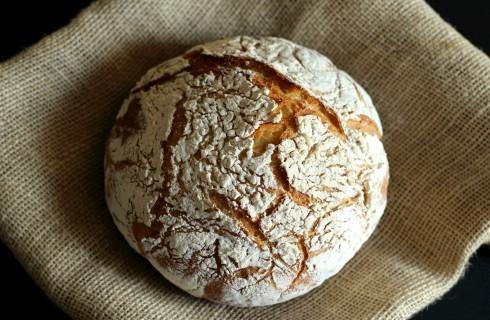 Pane senza impasto cotto in pentola in forno